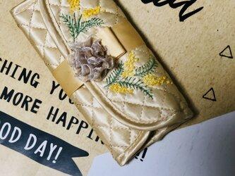 ミモザ刺繍のジュエリーポーチの画像