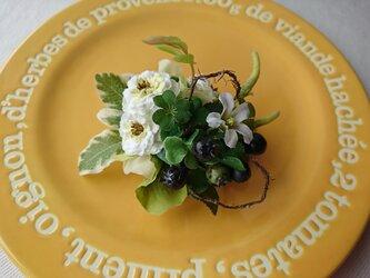 corsage (ミニバラとクローバーのお花摘み)の画像