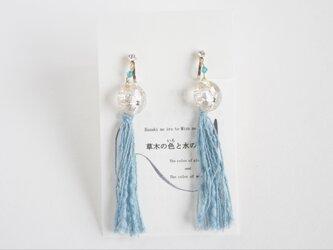 Japan blue 藍染糸タッセル ライトブルー(かめのぞき)+ビーズとボタンイヤリングの画像