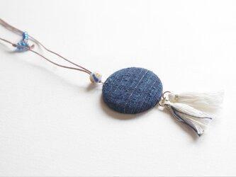 藍染め手織り布ペンダント つなぎ糸の布のくるみボタン タッセル付の画像