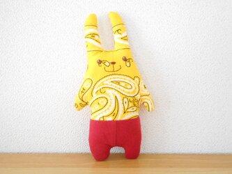 赤いパンツの黄色いうさぎの画像