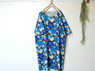 ゆったり着てね 鮮やかブルーの花 ワンピース ~ 五分袖 チュニックの画像