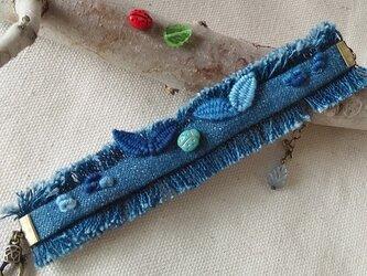てんとう虫と葉っぱ刺繍のインディゴブレスレットの画像