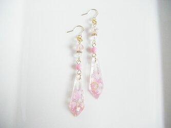 レジンパーツとガラスビーズのピンクピンクなスチームパンク風のシャープなピアスの画像