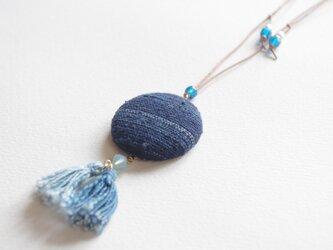 藍染め手織り布ペンダント つなぎ糸の布のくるみボタン 藍染め糸のタッセル付の画像