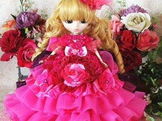 優雅にリズミカルに舞うルビーピンクのエアリーフリルのドールドレスの画像