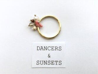 〈 Swinging Ring:SUNNY BEACH〉珊瑚 淡水パール ナチュラルモチーフ  華奢リングの画像