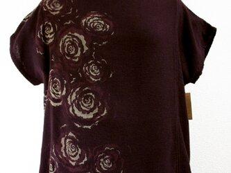 ガーゼ地・薔薇の花模様のバンドスリーブトップス(赤紫色)の画像