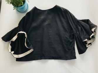 シワになりにくいリネン100% ボリューム袖のデザインブラウス  黒の画像