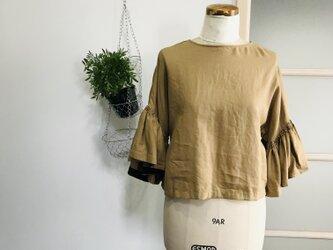 シワになりにくいリネン100% ボリューム袖のデザインブラウス  ベージュの画像