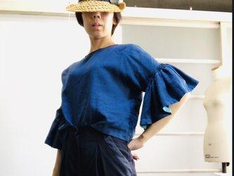 シワになりにくいリネン100% ボリューム袖のデザインブラウス  青の画像