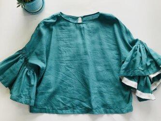 シワになりにくいリネン100% ボリューム袖のデザインブラウス  グリーンの画像