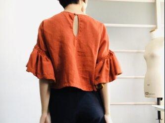 シワになりにくいリネン100% ボリューム袖のデザインブラウス  オレンジの画像