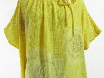 二重ガーゼ地・薔薇の花模様の半袖トップス(黄色)の画像