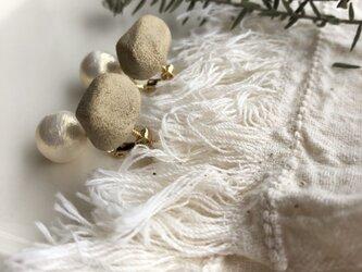 陶土とコットンパールのイヤリングの画像