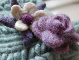 紫のバラ:ナチュラルウールコサージュの画像
