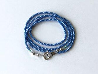 青いシードビーズのネックレス /ガラスビーズの画像
