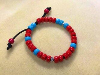 赤と青のガラスビーズのブレスレット Hの画像
