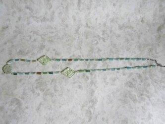 ローマンビーズ(青)とジェイド風パーツのネックレスの画像