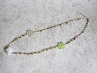 ローマンビーズ(緑)とジェイド風パーツのネックレスの画像