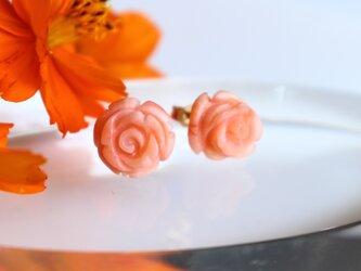 オレンジピンクコーラル(珊瑚)の薔薇のスタッドピアスの画像