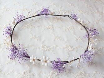 かすみ草の可憐な花かんむり フラワービーズと共にの画像