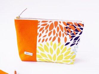 USA生地!花火みたいなオレンジ花柄のマチ付きポーチ(内ポケット付き)の画像