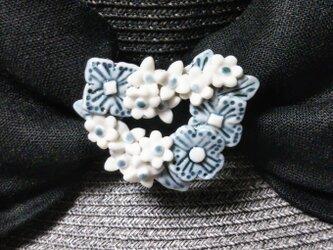 ハートの小花のリースブローチ(磁器)の画像