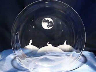 【月夜が楽しいうさぎたち】うさぎモチーフのガラス小皿の画像