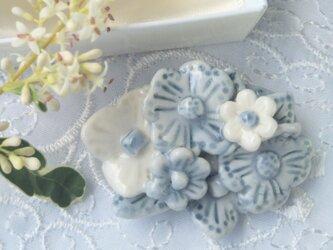 花ブーケ ブル-グレー×白 ブローチ(磁器)の画像