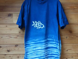 波絞りと魚の藍染Tシャツの画像