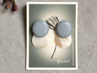 no/47 シェルとグレイッシュな水色の陶器 2wayピアスの画像