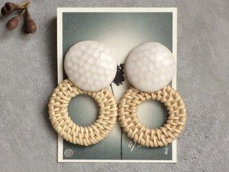 no/48 ラタンリングと白マット陶器のイヤリングの画像