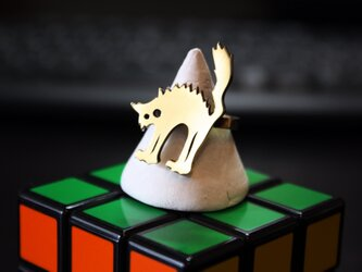 怒る金色猫のリングの画像
