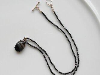 ストライプオニキスのペンダントトップがついたブラックスピネルのネックレス の画像