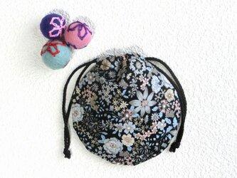 ミニ巾着 黒色ボタニカル 植物柄 御守り 小物収納 プレゼントにも の画像