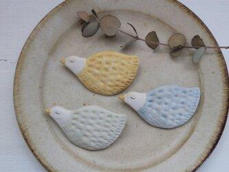 陶器で作った鳥のブローチ A( 黄色・空色・ミントグリーン )の画像