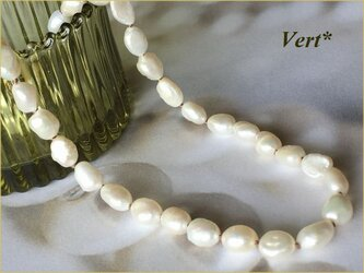 《受注品》【Vermeil】ホワイト縦長バロック淡水パールグリフィン(ベージュ)ショートネックレス(40)の画像