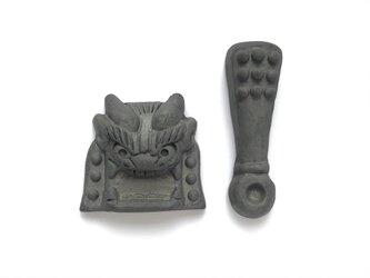 鬼に金棒箸置き❺いぶし瓦Aタイプの画像