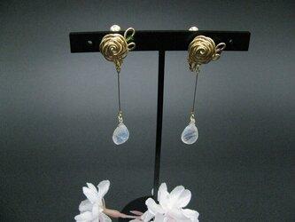 宝石質ロイヤルムーンストーンの薔薇モチーフイヤリングの画像