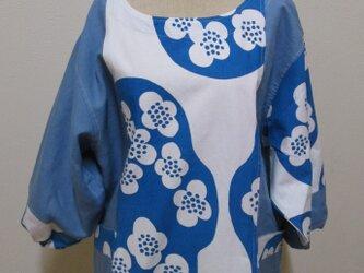 青いお花のスモックの画像