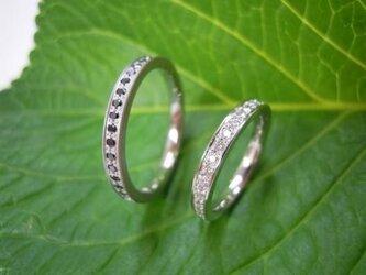 エタニティ結婚指輪☆ダイヤ&ブラックダイヤ・斬新な一文字の画像