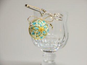 手まりのストールピン・ブローチ~アクアブルーの菊文様の画像
