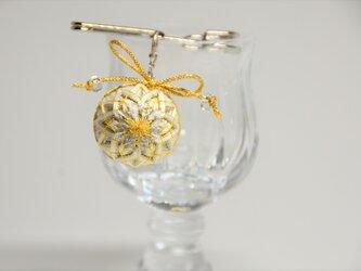 手まりのストールピン・ブローチ~淡い純白のグラデーション八重菊文様の画像