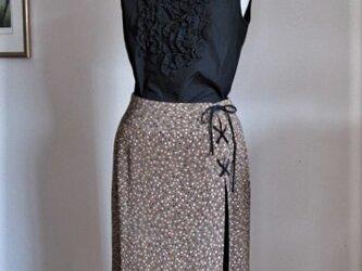 モカ茶色の木の実柄スカートの画像