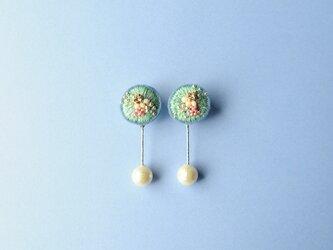 <lucy~イロドル惑星~>刺繍イヤリング◎エメラルドの耳飾りの画像