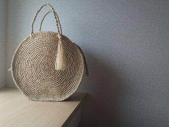 マダガスカル産ラフィアと本革のリネン巾着内袋つきラウンドバック(wakakusa)の画像