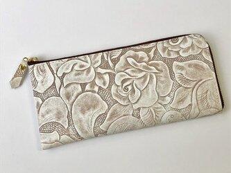 牛革のスリムな長財布 ボタニカル柄型押し ブラウンの画像