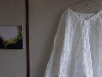 コットン総刺繡Ⅴネックプルオーバーの画像