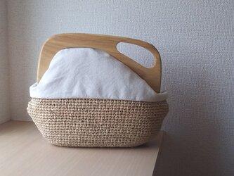 マダガスカル産ラフィアとヴィンテージ帆布の木工口金デザインバッグ(white)の画像